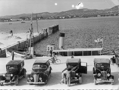 """El vapor """"Manolito"""" en el puerto de Ibiza, a pocos metros del monumento a los Corsarios. Años 1956-57 aprox. Foto: archivo Nuria Costa"""