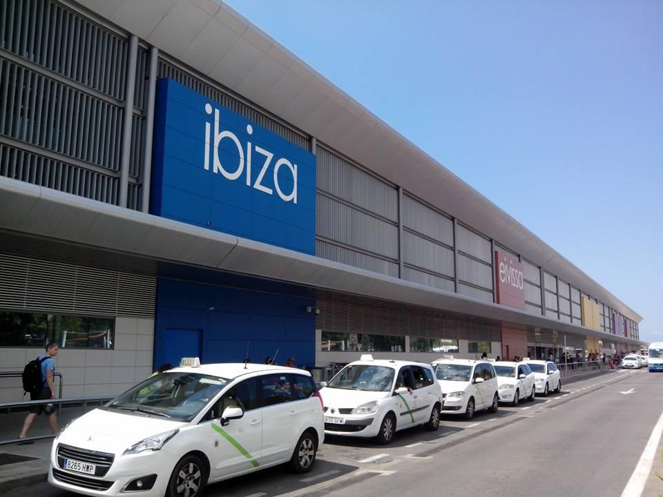 Taxis esperando en la terminal del aeropuerto de Ibiza
