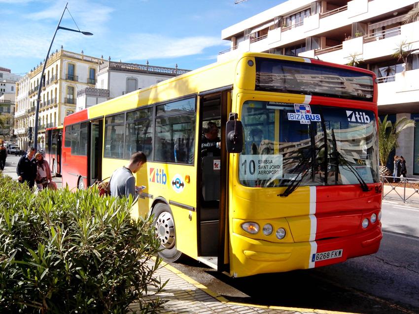 Uno de los autobuses que realizan el trayecto entre el aeropuerto de Ibiza y el puerto de la isla.