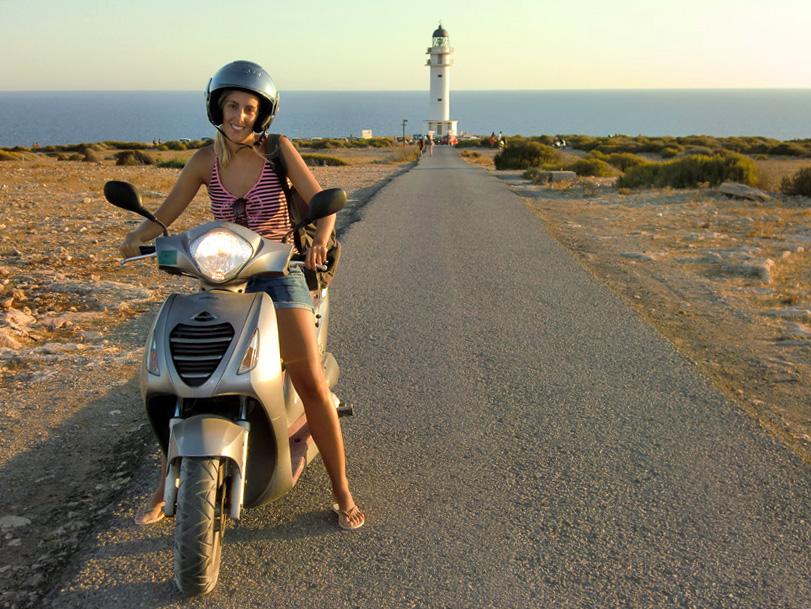 Esta chica no se ha parado por culpa de un semáforo. Es que la moto se le ha quedado sin gasolina.
