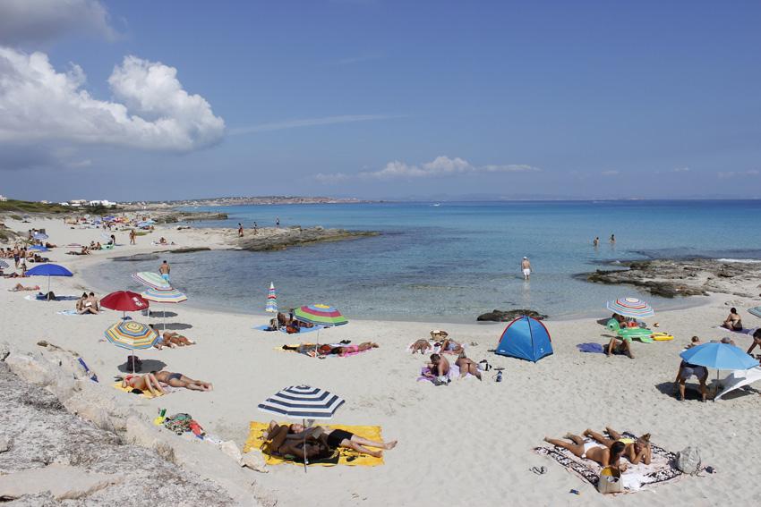 Playa de Es Caló: poca gente, arena blanca y un azul precioso
