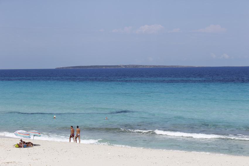 El increíble color azul de Formentera. Al fondo, el islote de S'Espardell