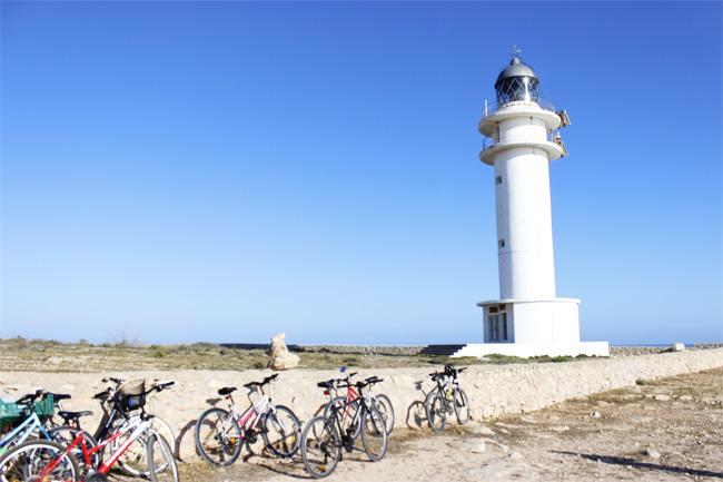 El faro de Cap de Barbaria, con algunas bicicletas a sus pies.