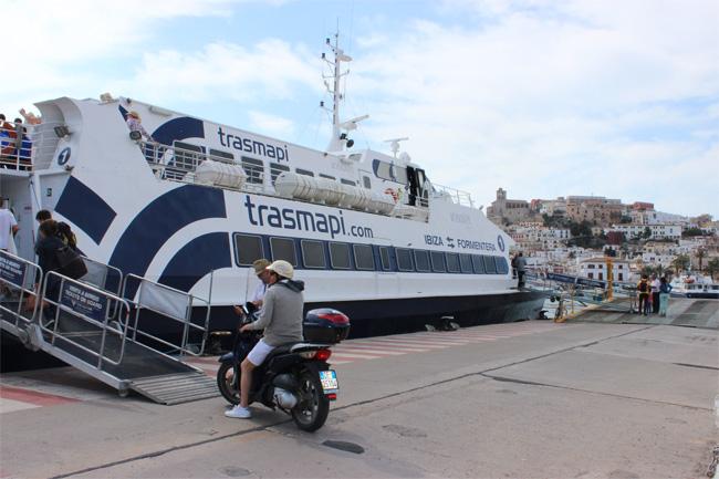 Un ferry atracado en el puerto de Ibiza