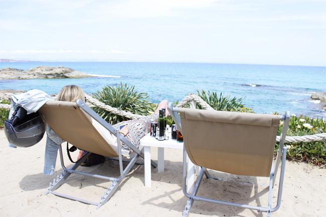 Relax en una de las callas de Formentera