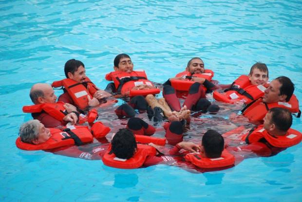 Posición HELP en grupo para retener el calor ante el riesgo de hipotermia.