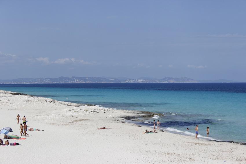 Playa de Llevant, junto a Illetes. En el horizonte, la isla de Ibiza