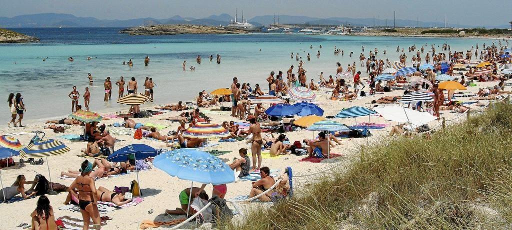 Una playa masificada de la isla.