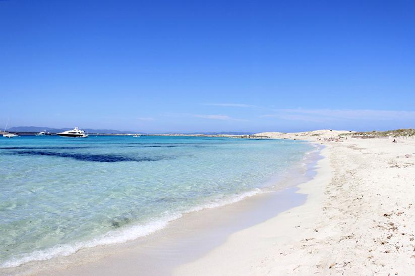 La arena blanca y el agua azul son los grandes reclamos de Illetes