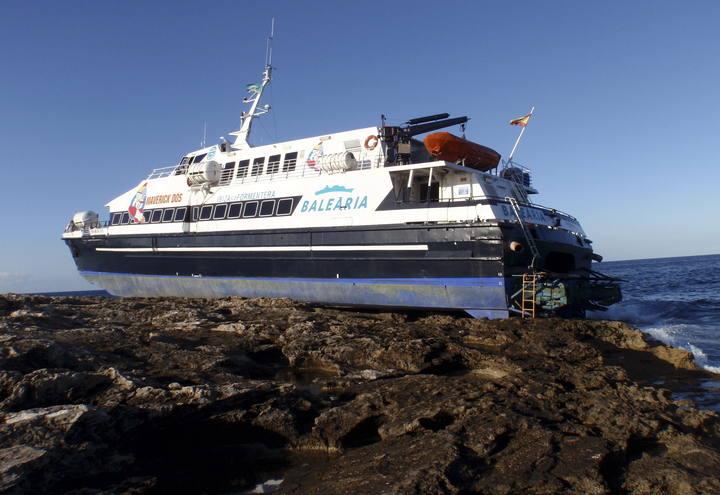 A pesar de que el accidente podría haber causado muchos heridos, el barco quedó estable sobre el islote. Imagen: EFE