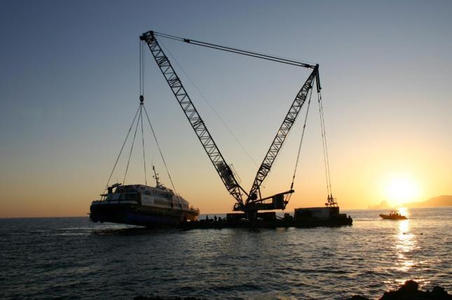 De esta forma fue transportado el Maverick Dos para su reparación. Foto: Lainformacion.com