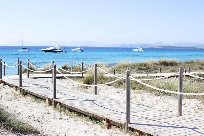 Una pasarela de madera te invita a visitar sus playas