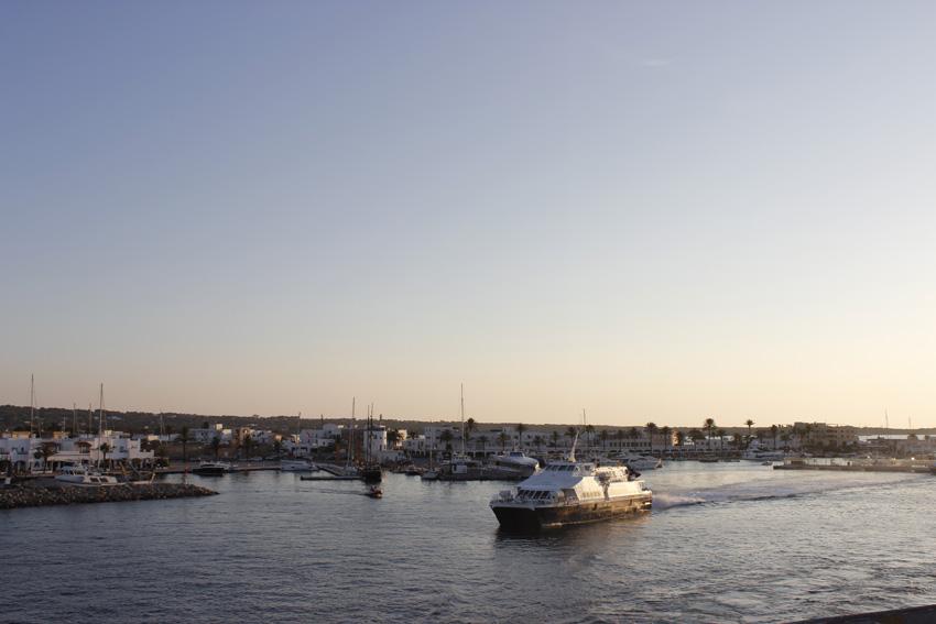 Un ferry se aleja del puerto de La Savina de Formentera ¡Hasta pronto!