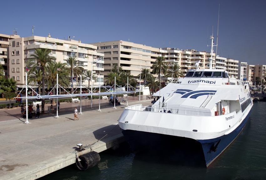 Un barco esperando la salida en el puerto de Ibiza